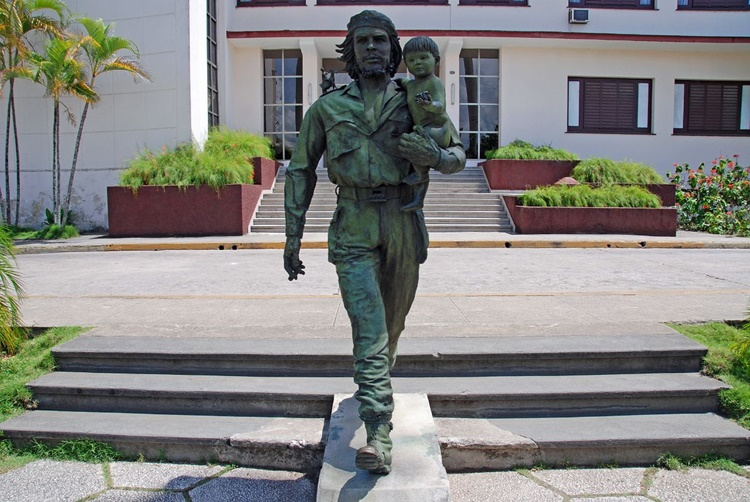 31 Cuba - Santa Clara - Bronze Statue of Che Guevara and the Child of the Revolution by Spanish Sculptor Casto Solano Marroyo