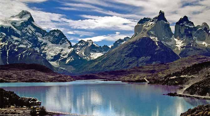 Şili Patagonya'sında Cuernos del Paine dağları ve Pehoe gölü – 1996