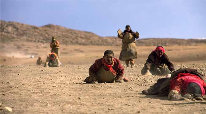 Tibet'te kutsal Kailash Dağı'na doğru hac yolculuğunda Budist hacılar – 2002