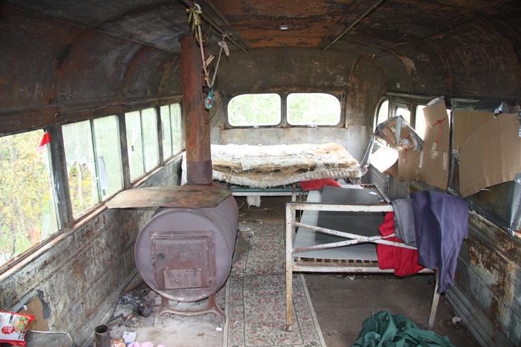 Alexander Supertramp'ın (Christopher Johnson McCandless) 113 gününü geçirdiği Alaska'daki 'Magic Bus' içerisindeki yaşam alanı.