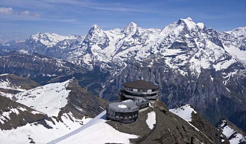 Jungfrau Dağı 4158 m eteklerinde bir restaurant