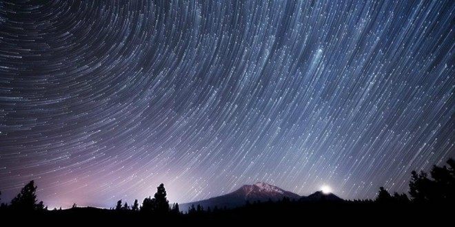 Time-lapse-star-trails-night-sky