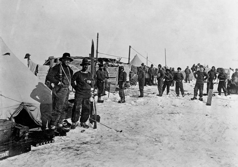 Ernest Shackleton ve sağ kolu Frank Wild (önde, solda) gemileri Endurance'ın Şubat 195'te buzda sıkışmasının ardından Ocean Kamp'ta poz veriyor. [Fotoğraf: Corbis]