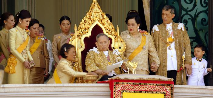 Princess Maha Chakri Sirindhorn assists Thailand's King Bhumibol Adulyadej (C) as he delivers his birthday speech from the balcony of the Grand Palace together with Queen Sirikit (3rd R), Crown Prince Maha Vajiralongkorn (2nd R), Princess Chulabhorn (L) and other members of royal family in Bangkok December 5, 2011. King Bhumibol celebrates his 84th birthday on Monday. REUTERS/Stringer (THAILAND - Tags: ROYALS TPX IMAGES OF THE DAY HEALTH) THAILAND OUT. NO COMMERCIAL OR EDITORIAL SALES IN THAILAND